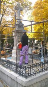 W trakcie renowacji jednego z pomników (zdjęcie wykonane za zgodą konserwatorki)