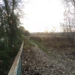 Ścieżka obok bramy cmentarnej