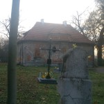 Niszczejąca zabytkowa kaplica cmentarna