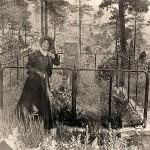 Calamity Jane przy grobie Dzikiego Billa Hickoka, cmentarz Mt. Moriah, Deadwood, 1903