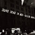 5 sierpień. Neon na budynku New York Times przy Times Square ogłasza wiadomość o śmierci MM