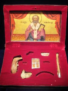 Św. Mikołaj - za życia dzielił się wszystkim, co miał. Po śmierci Kościół podzielił się jego szczątkami.